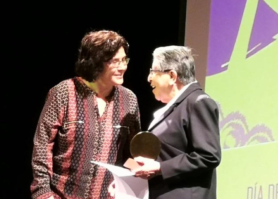 Una hermana de las Dominicas del Rosario recogió el premio de reconocimiento a la Madre Covadonga. Foto: CAAAP