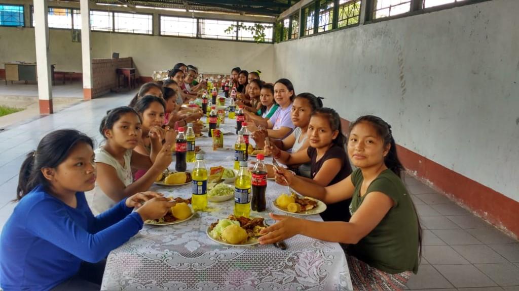 Grupo de jóvenes indígenas que, actualmente, vive junto a las misioneras dominicas en el internado de Sepahua (Ucayali). Foto: Jeaneth Andino