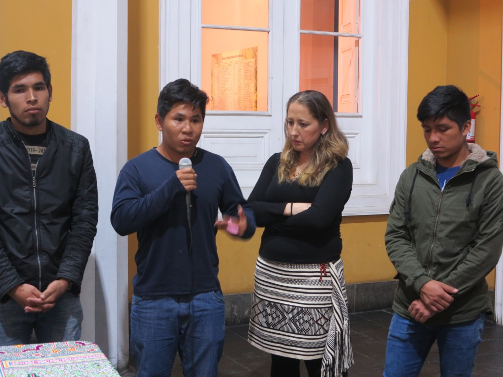 Los estudiantes Henry Godoy (yine), Eustacio Puianiña (sharanahua) y Robin Vera (asháninka) compartieron sus experiencias con el público presente. Foto: Cristina Martínez