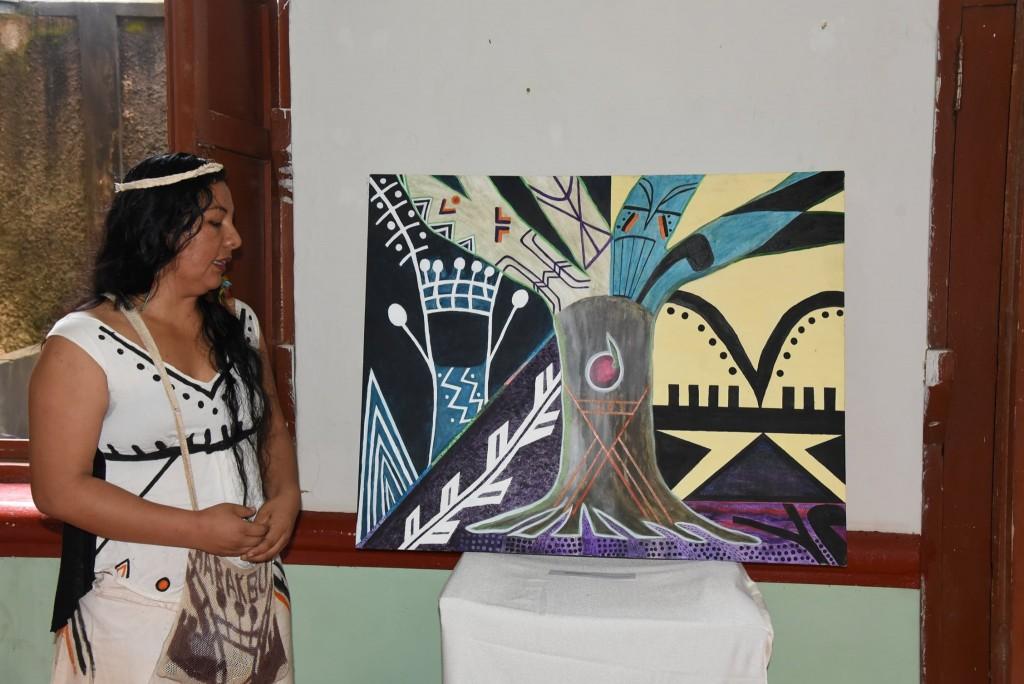 Yésica Patiachi muestra su pintura ante el público que se hizo presente. Foto: GOREMAD