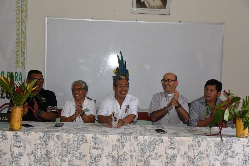 En la mesa de honor estuvieron Héctor Sueyo, Hna. Zully Rojas, gobernador Luis Hidalgo, obispo David Martínez de Aguirre y el coordinador de la Pastoral Indígena Luis Tayori. Foto: GOREMAD