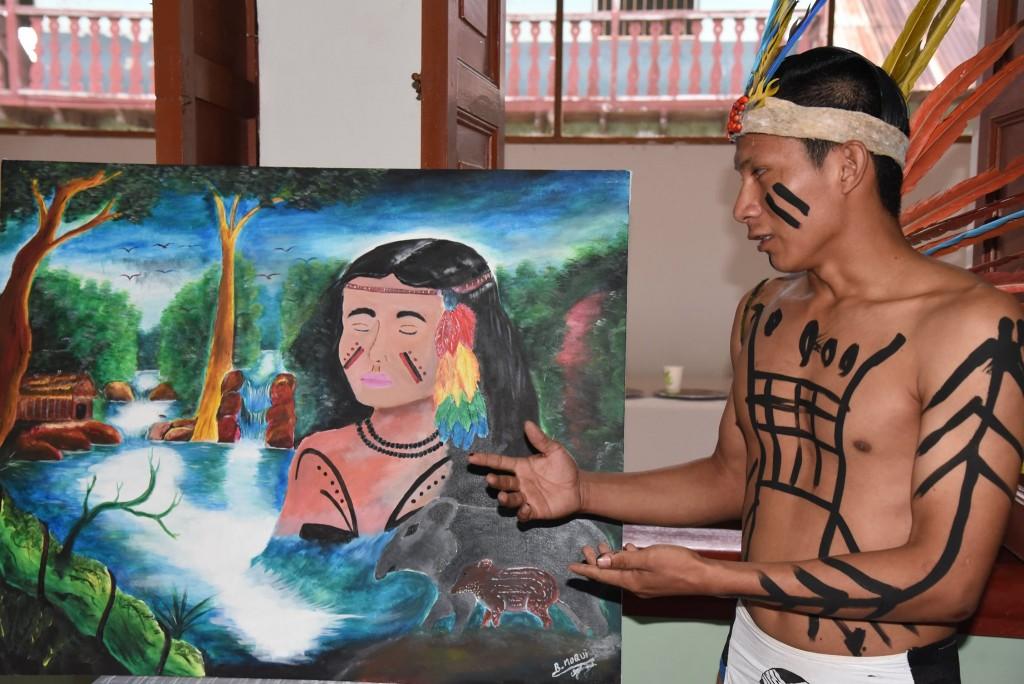 El joven Roberto Nayori, de Puerto Luz, durante la explicación de su obra. Foto: GOREMAD