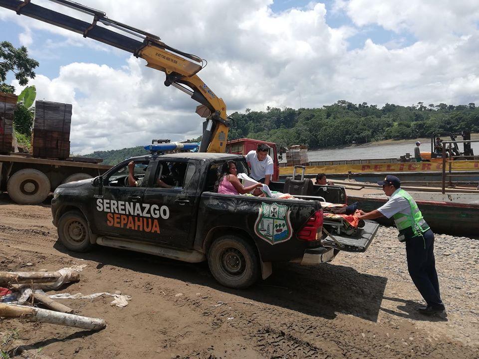 Evacuación, hoy 13 de enero, de un paciente en el distrito de Sepahua. Se ha esperado bajo el sol por largo tiempo, hasta conseguir un motor. Foto: Radio Sepahua