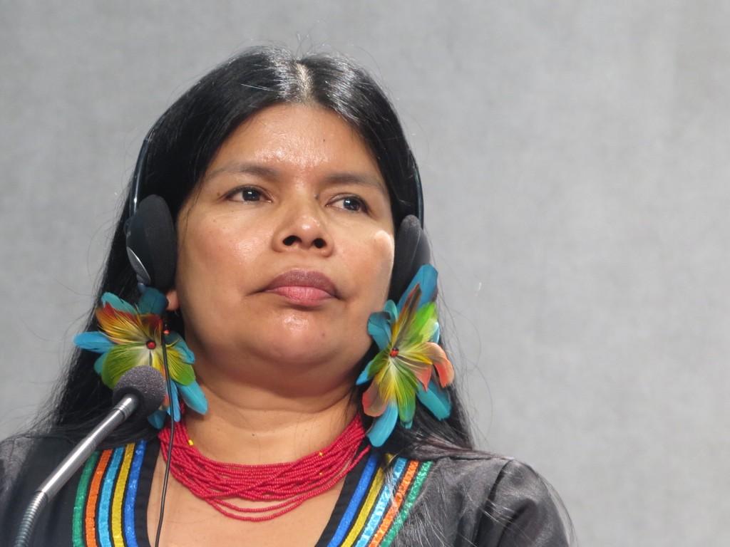Patricia Gualinga, durante la rueda de prensa en la Sala Stampa del Vaticano durante el Sínodo de la Amazonía. Foto: Beatriz García Blasco