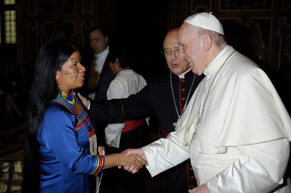 Gualinga, en su saludo al Papa Francisco ante la mirada del Cardenal Pedro Barreto. Foto: Cedida