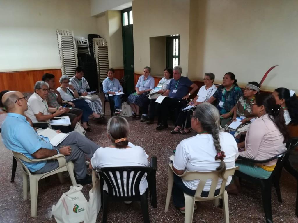 En la tarde se realizó trabajo en grupos por vicariatos. En la imagen, representantes llegados desde los diferentes puntos del vicariato de Puerto Maldonado. Foto: BGB - CAAAP