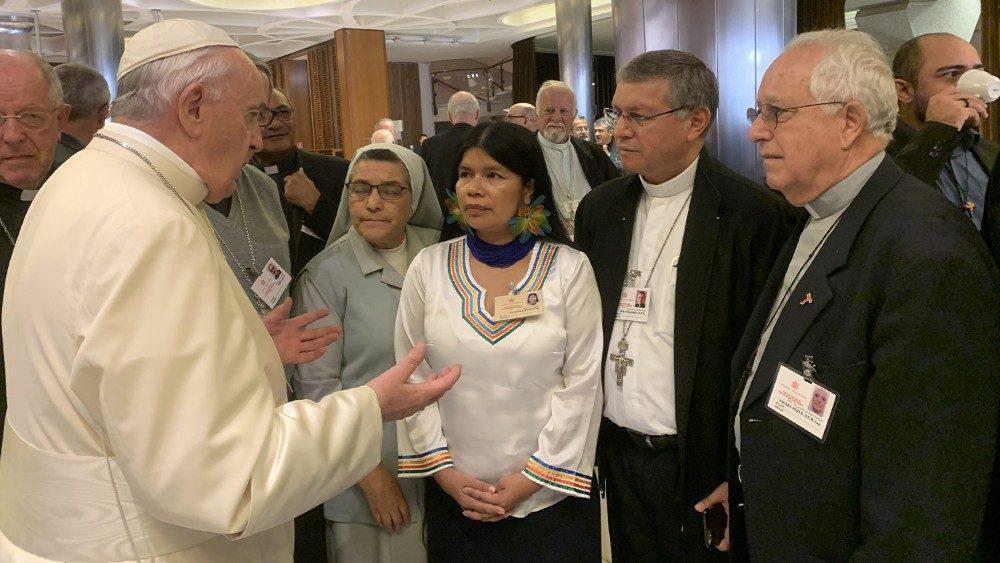 Durante el Sínodo, indígenas, expertos y religiosos tuvieron conversaciones informales con el Papa Francisco para compartir preocupaciones y esperanzas. Foto: Vatican News