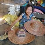 La maestra artesana Elsa Viaeja sigue trabajando día tras día en su casa de la comunidad nativa Palma Real. Foto: Beatriz García (CAAAP)