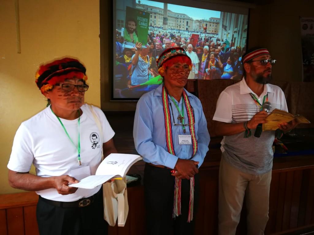 Puanch Mukuin, Roman Saaan y Diego Clavijo contando sobre la experiencia de diaconado en el pueblo achuar. Foto: BGB