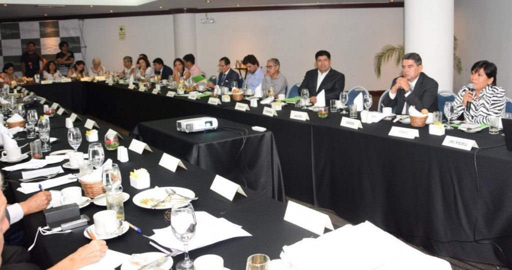 El encuentro se propició en el marco de un desayuno de trabajo en Lima. Foto: IRI