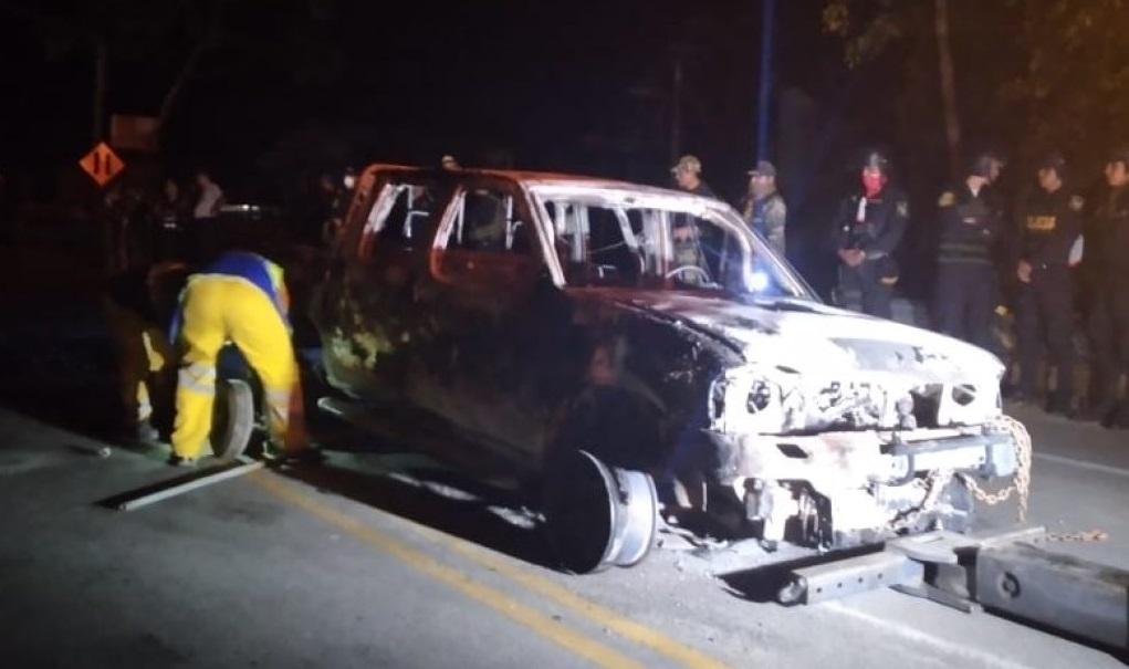 Así quedó la camioneta luego de ser incendiada por los pobladores. Foto: Cedida