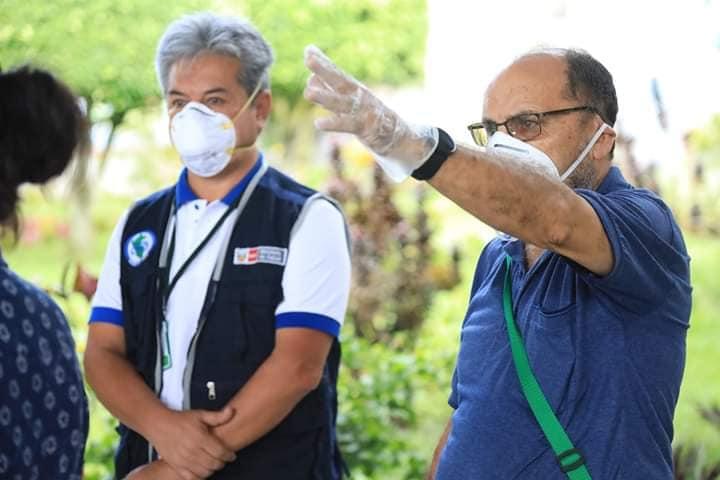 El P. Miguel Fuertes y el director Regional de Salud, Percy Minaya, durante la visita de inspección realizada en la mañana. Foto:  Facebook
