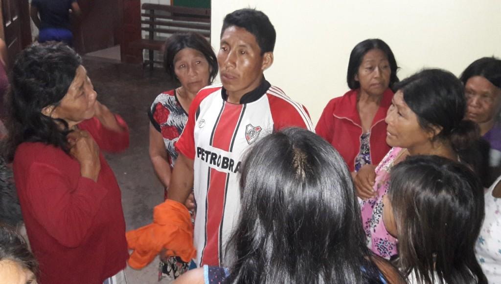 Adultos nahuas, en el centro de salud de Sepahua, tras una emergencia en noviembre de 2016. Foto: BGB