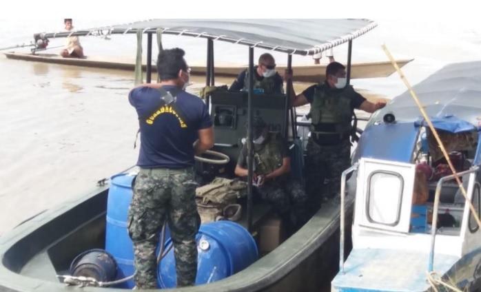 Deslizador guardacostas de la Marina discutiendo con la Guardia Comunal de la Comunidad Campesina Libertad . Foto: Cedida