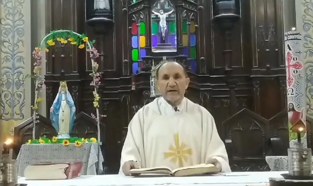 Todos los días, a las 6 pm, el padre Miguel Fuertes transmite la misa a través de Facebook y la radio del vicariato, La Voz de la Selva. Foto: Facebook