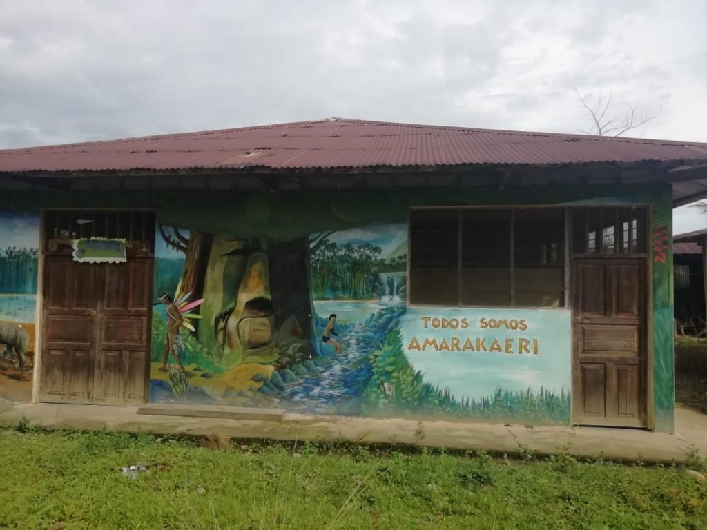 Pintura de inspiración Haramkbut sobre las paredes del internado para estudiantes de la Comunidad Nativa Shintuya. Foto: JC Ortega