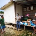 Indígenas Yines de CN Santa Teresita, recibiendo algunos víveres de Cáritas. Foto: Cáritas Madre de Dios.