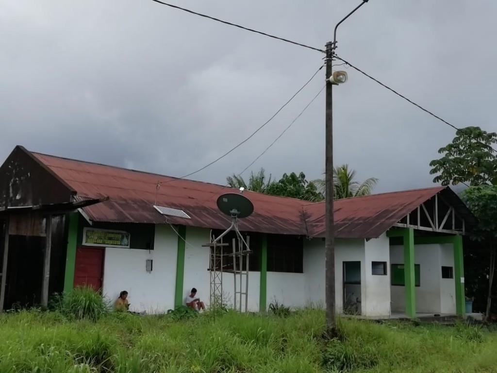 Local comunal de Shintuya desde donde se lanza la señal wifi. Algunos comuneros se acercan para informarse a través de sus celulares. Foto: JC Ortega