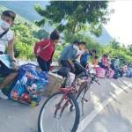 Jóvenes indígenas con destino a la provincia de Condorcanqui. Foto: R. Kampagkis