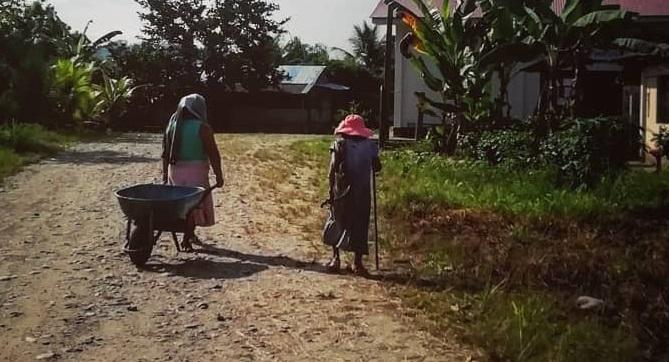 Adultas mayores caminando en la CN de Shintuya. Foto: JCO