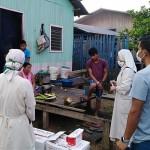 La tarea de información y sensibilización se realiza casa por casa, en coordinación con autoridades. Foto: Cedida