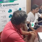 Director provincial de Salud, doctor Carlos Coronel (de blanco) dio a conocer la noticia vía telefónica en Radio Kampagkis. Foto: R. Kampagkis