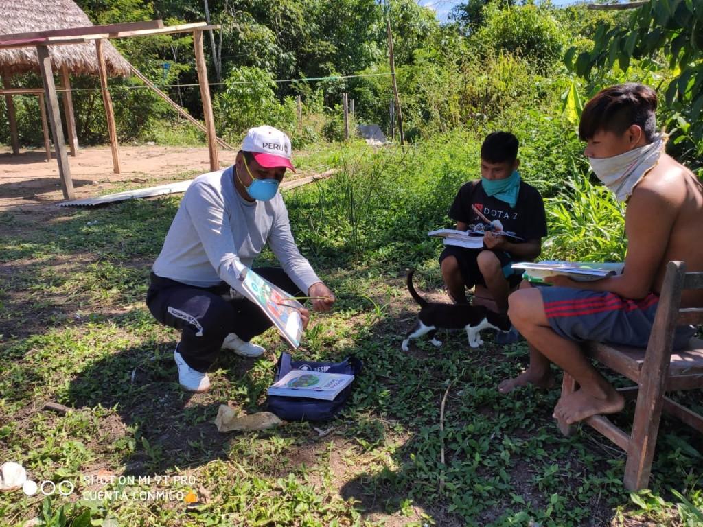 Profesor enseñando casa por casa al interior del Parque Nacional del Manu. Foto: COHARYIMA
