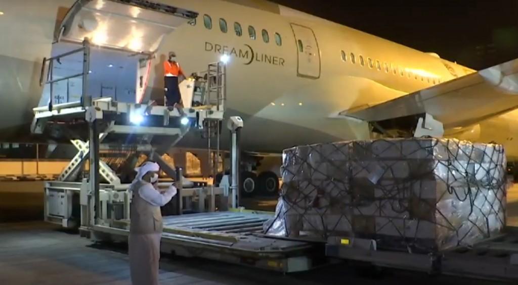 Momento en que la carga estaba siendo ingresada en la aeronave con destino a Perú. Foto: Vatican News