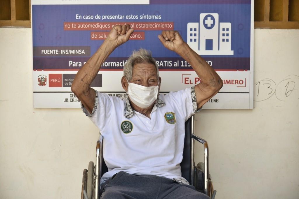 Don Antonio Sueyo levanta sus manos con ánimo a la salida del Hospital Santa Rosa. Foto: Goremad