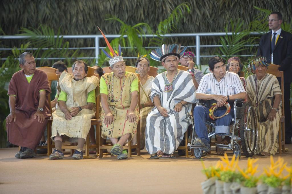 Tijé, situado en el centro de la imagen, fue uno de los ancianos indígenas que participó en el encuentro con el Papa Francisco. Foto: Vicariato de Puerto Maldonado