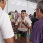 Manuin, durante la asamblea pre-sinodal celebrada en Yurimaguas, conversando con Mons. Vizcarra e Ismael Vega. Foto: CAAAP
