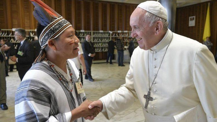 Siticonatzi, saludando al Papa Francisco durante el Sínodo de la Amazonía. Foto: Zenit