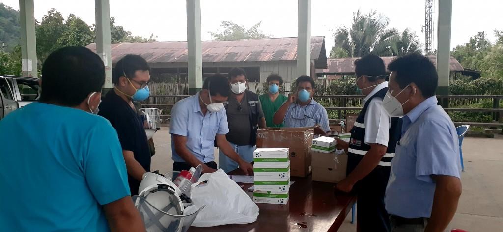 Momento de entrega de Ivermectina donada por el CAAAP y Orpian-P. Foto: CAAAP