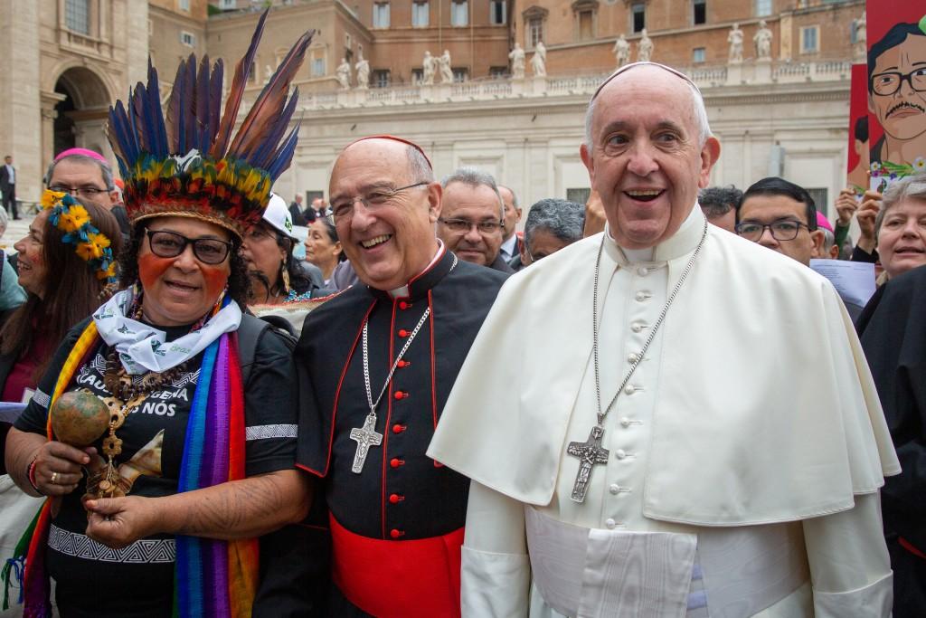 Cardenal Barreto, junto al Papa Francisco y una representante indígena de Brasil durante el Sínodo de la Amazonía. Foto: Guhilerme Cavalli.