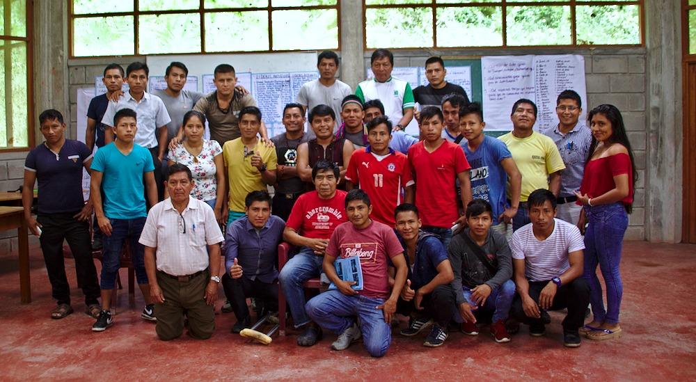 Santiago Manuin, con jóvenes de su pueblo awajún. Foto: Internet