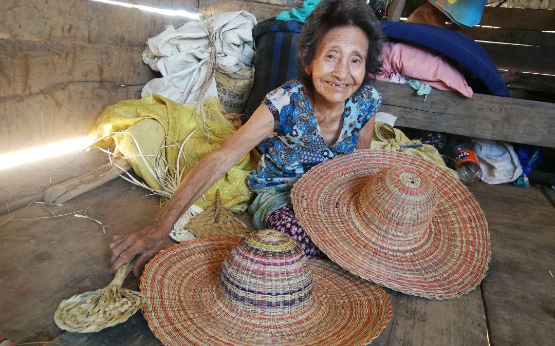 La mujer que salvó a su último hijo vendiendo escobas de tamshi