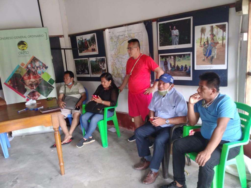 En Iquitos, dirigentes indígenas se han reunido desde temprano para tomar decisiones tras lo ocurrido. Foto: Cedida