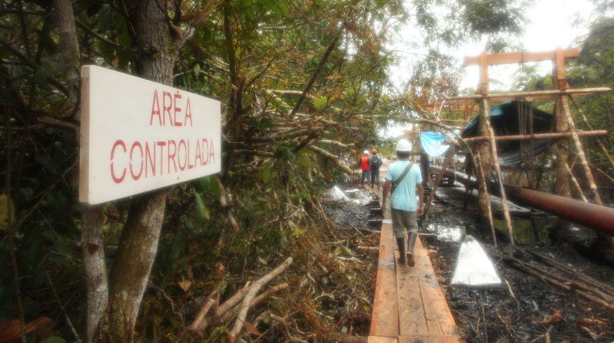 Loreto: pobladores limpian la zona del derrame de petróleo