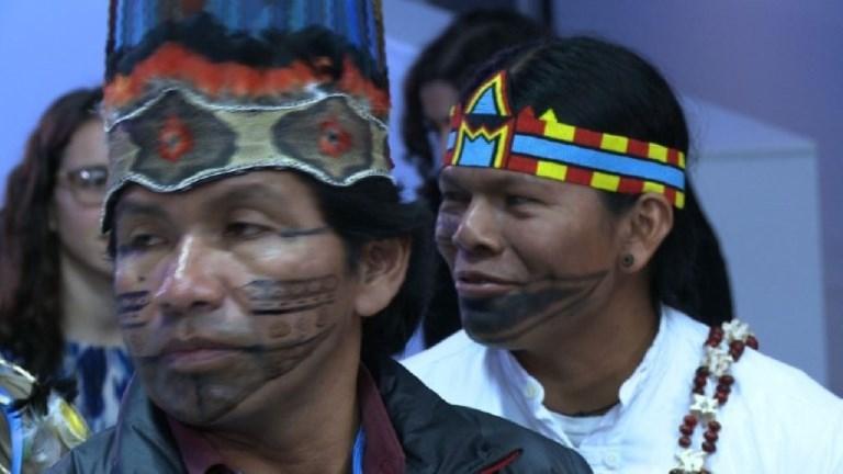 Pueblos indígenas tratan de hacerse oír en París [VIDEO]