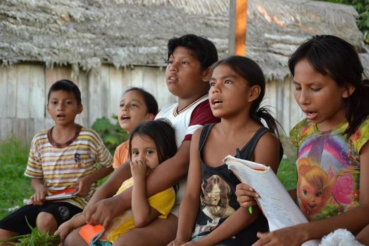 """""""Corazones escindidos"""": Un acercamiento al mundo de las adolescentes indígenas, en la provincia petrolera de Loreto"""