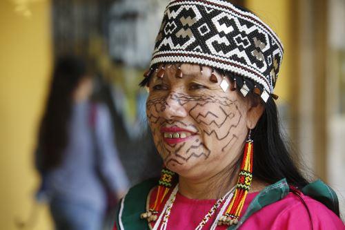 Día de la Mujer: la shipiba que les cantó con el corazón a los reyes de España
