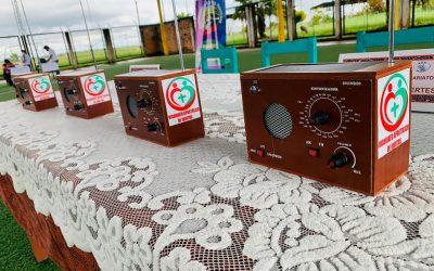 Por el derecho a la educación: Iglesia de Iquitos fabrica y entrega 1200 radios ecológicas