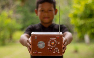 En memoria de Oraldo Reátegui: Impulsan campaña para seguir donando radios ecológicas a niños de Loreto